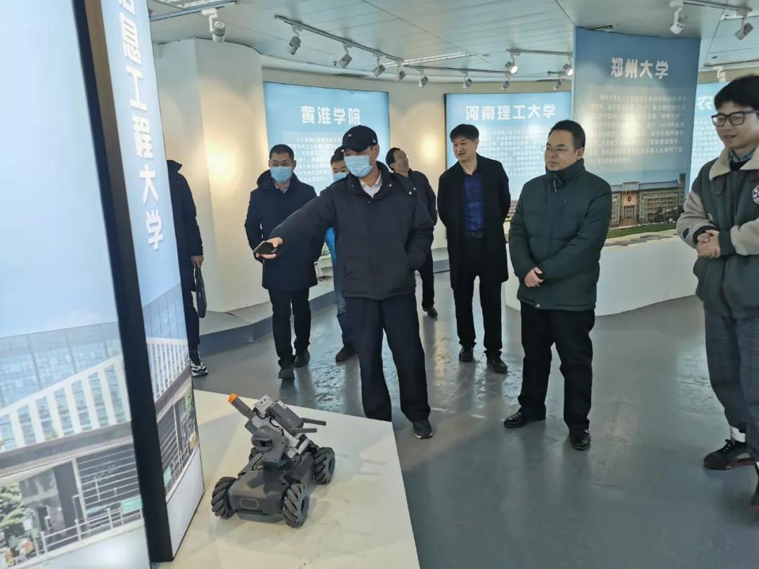 九三学社河南省委二级巡视员王清彬莅一行临河南省人工智能展览馆