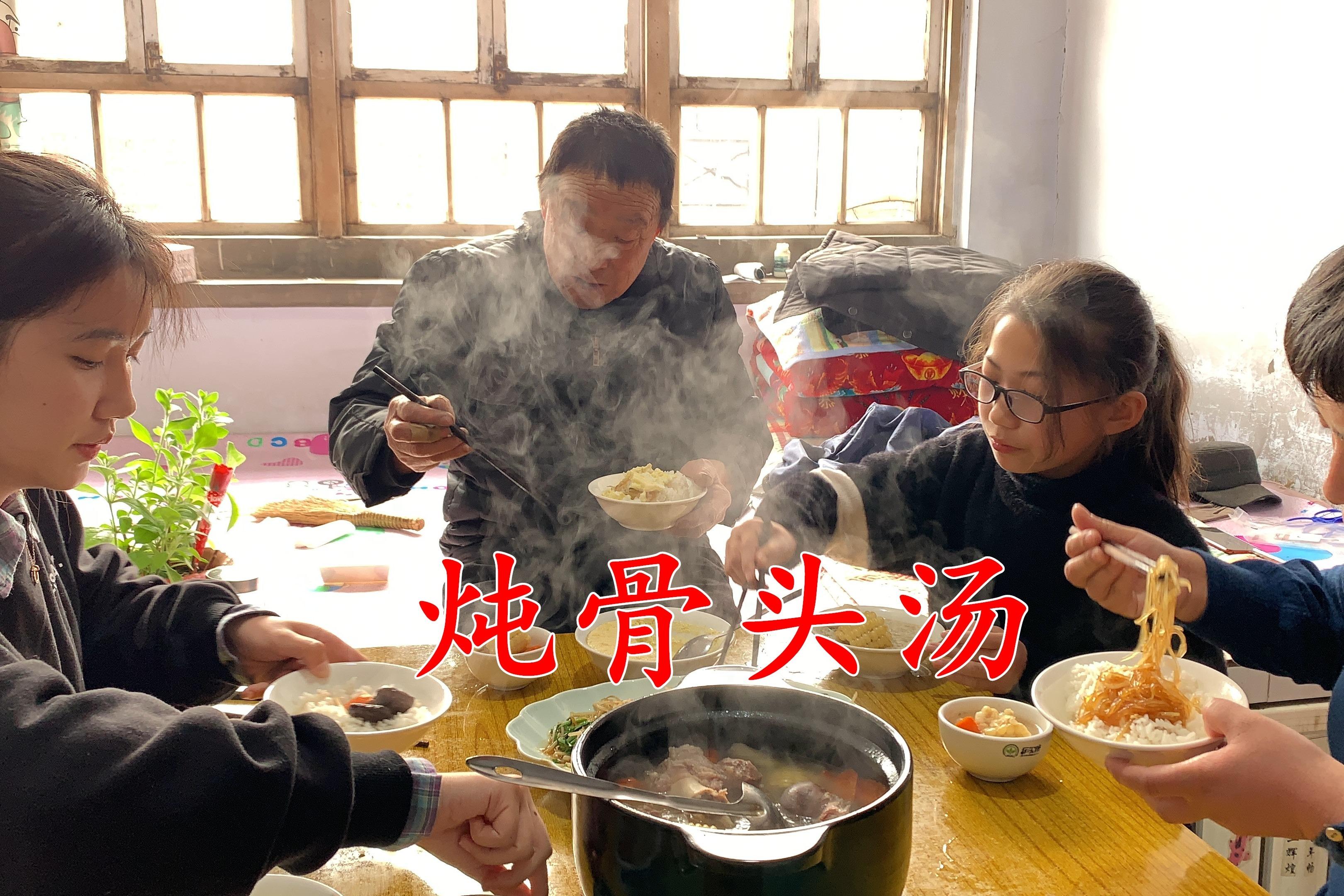 过年鱼肉吃腻了,2根骨头炖1锅汤,搭配1盘豆芽炒粉条,营养清淡