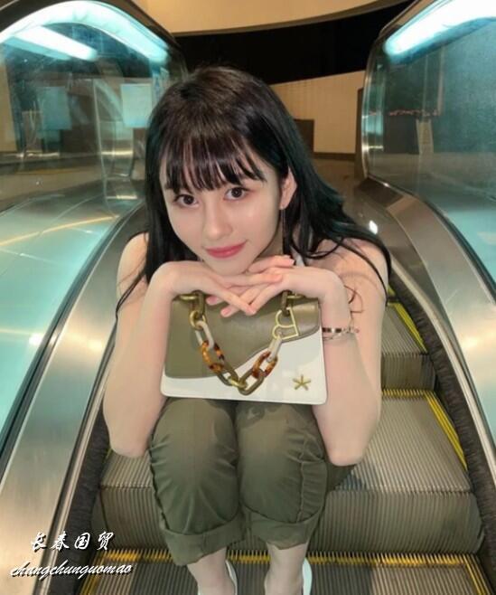 邱淑贞21岁女儿近照曝光,身材傲人性感妩媚