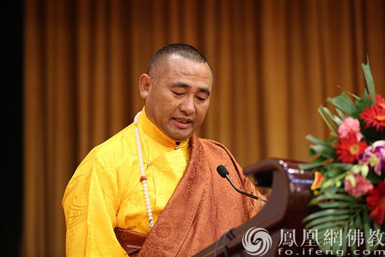 中国佛教协会副会长东宝·仲巴呼图克图作交流发言(图片来源:凤凰网佛教 摄影:李保华)