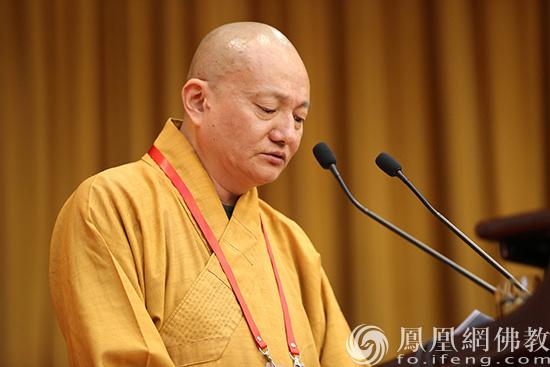 中国佛教协会副秘书长宏度法师宣读会议决议草案(图片来源:凤凰网佛教 摄影:李保华)