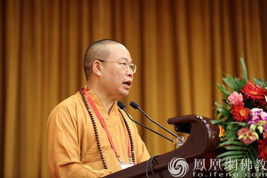 中国佛教协会常务理事耀智法师作交流发言(图片来源:凤凰网佛教 摄影:李保华)