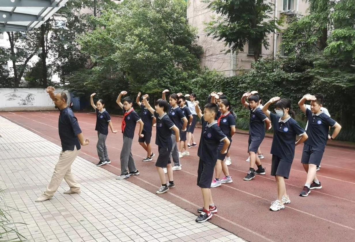 张平老师正在教学岳家拳