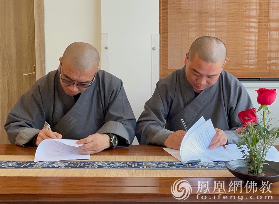 各殿堂、各部门代表签订责任书(图片来源:凤凰网佛教 摄影:然雨)