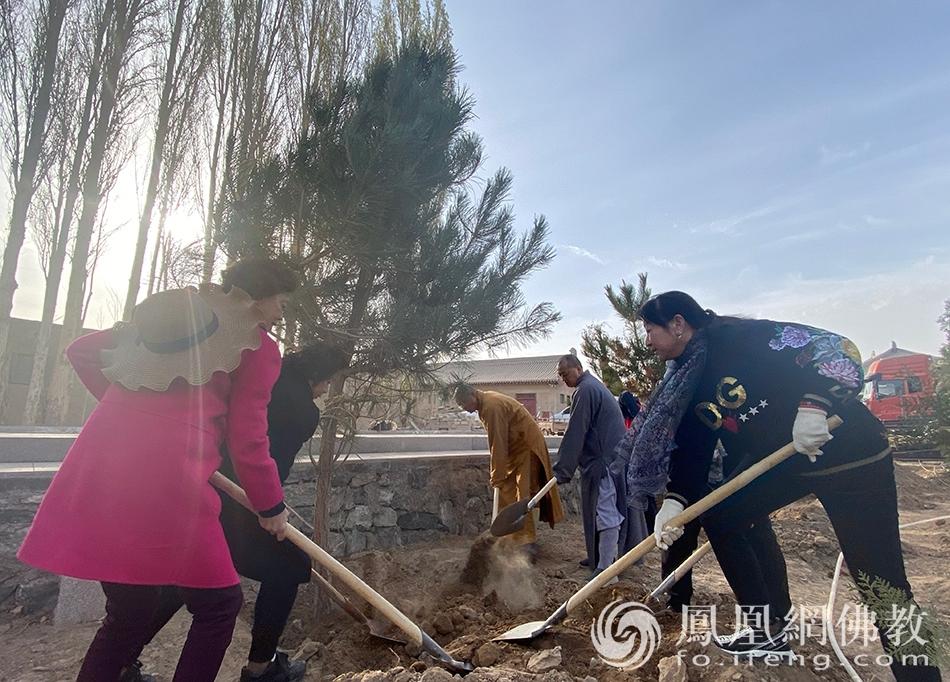 植树现场(图片来源:凤凰网佛教 摄影:重庆华岩寺)