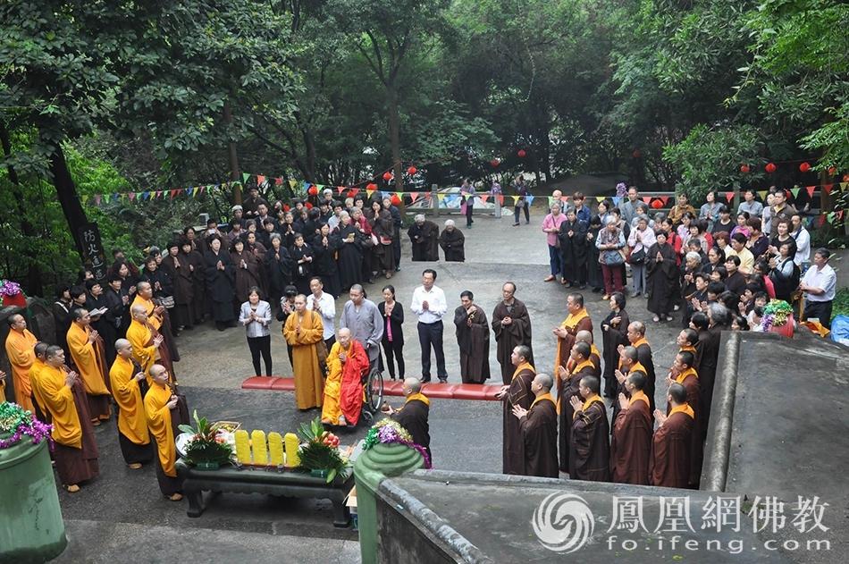 新成大和尚主法举行祭祀祖师仪式(图片来源:广州市海幢寺)