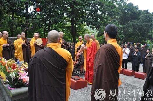新成长老率海幢寺全体法师、居士共130人于白云山礼拜祖师(图片来源:广州市海幢寺)