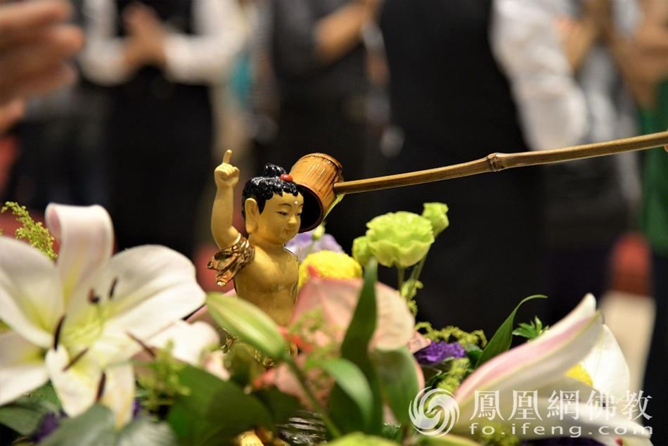 浴佛(图片来源:凤凰网佛教 摄影:法鼓山)