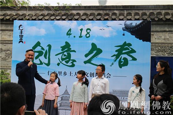 """扬州文峰慈善基金会""""飞鱼计划""""参与汶河街道主办的""""4·18创意之春""""文创市集。(图片来源:凤凰网佛教 摄影:邵卓)"""