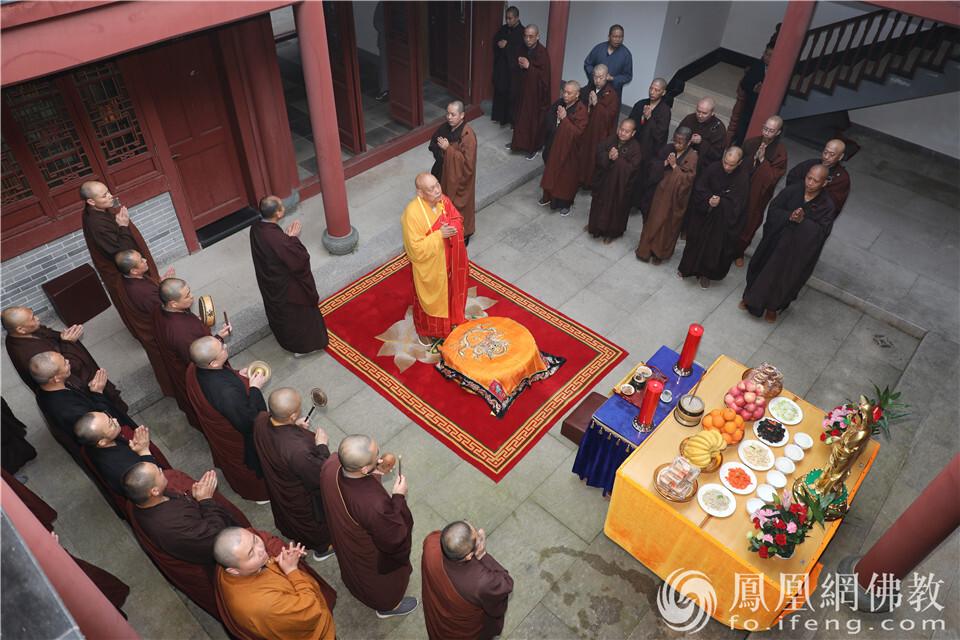 法会现场(图片来源:凤凰网佛教 摄影:普陀山佛教协会)