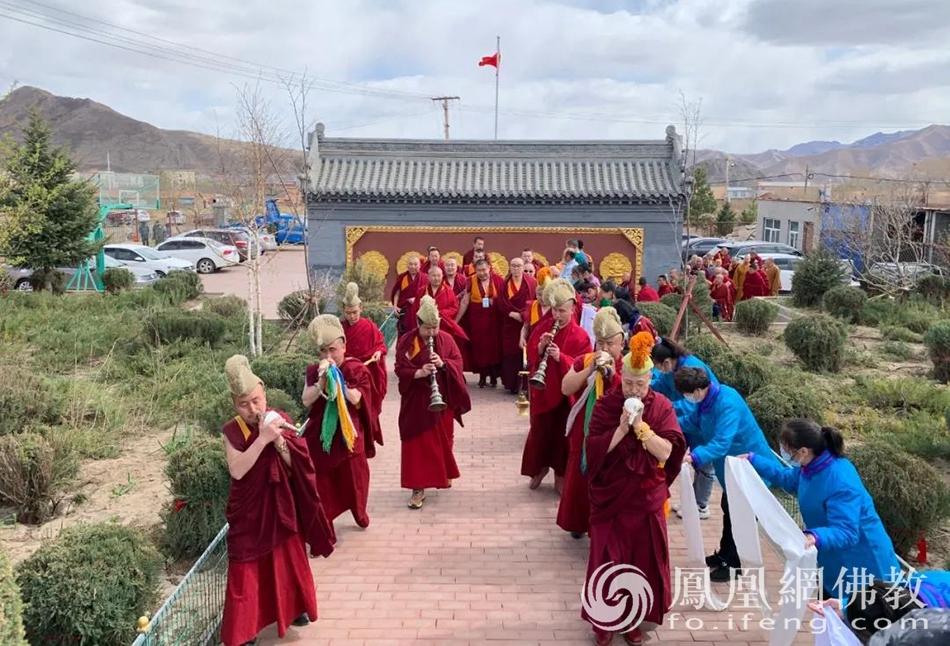 藏传佛教迎请实训现场(图片来源:凤凰网佛教 摄影:赤峰康宁寺)