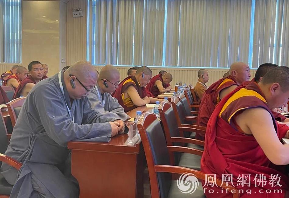 汉传佛教僧众、居士通过同声传译,共同聆听授课。(图片来源:凤凰网佛教 摄影:赤峰康宁寺)