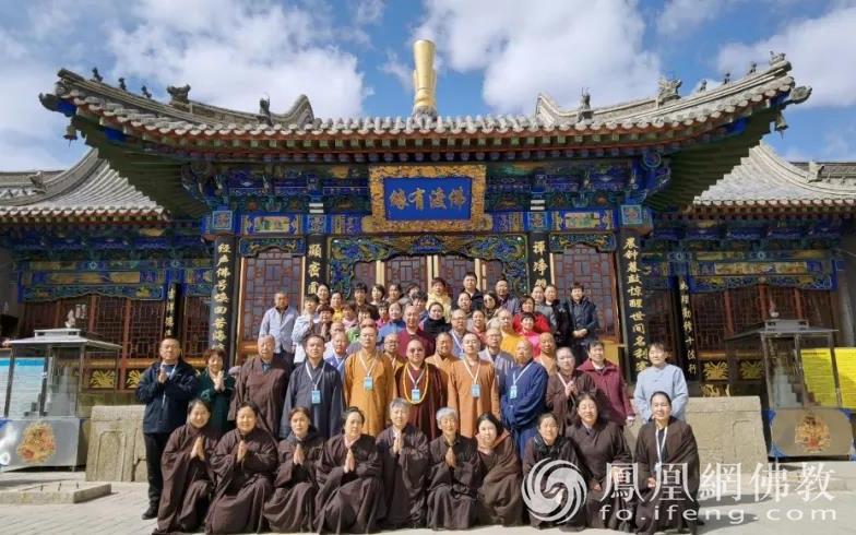 汉传佛教实训僧众、居士集体合照(图片来源:凤凰网佛教 摄影:赤峰康宁寺)