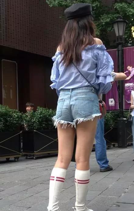 姐姐的b好多水_街拍:穿牛仔短裤,漂亮性感的翘臀美女姐姐,水汪汪大眼睛好漂亮