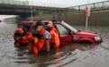 路虎被困积水:4女子怕车进水拒开门 想让消防员推车
