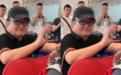 56岁刘欢携妻子现身机场,脸色红润精气神足,热情招呼路人