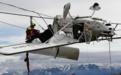 命悬一线!飞机突坠阿尔卑斯山 180度翻转倒挂电缆上摇摇欲坠