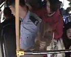 女孩晕倒,他脱下外套亮出警服疏导交通