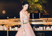 女星裸粉色花瓣紗裙優雅曼妙