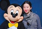 劉亦菲素顏與米奇合影