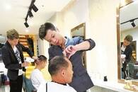 武汉这家理发店免费给65岁以上老人理发