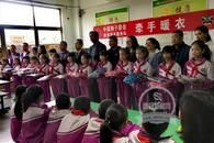 """暖""""心""""闻:爱心志愿者为700名留守儿童送秋冬衣物"""