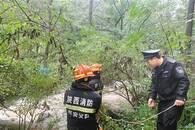 """暖""""心""""闻:驴友被困一夜 救援人员冒雨涉水救出"""