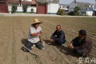 """阜阳""""无腿老汉""""种西瓜脱贫 还向村民传授种植技术"""