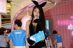 上海:美博会上的兔女郎