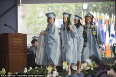 女生抬床垫参加毕业典礼 抗议被强奸