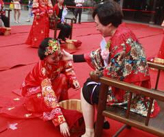 24位儿媳母亲节集体为婆婆洗脚