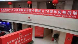 央行行长易纲等介绍中国经济平稳发展情况