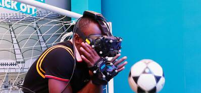 博尔特变身表情帝 玩VR秀球技