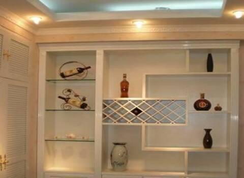 最近自己房子装修时发现很多的家庭都选择了这种酒柜,不仅具有观赏性
