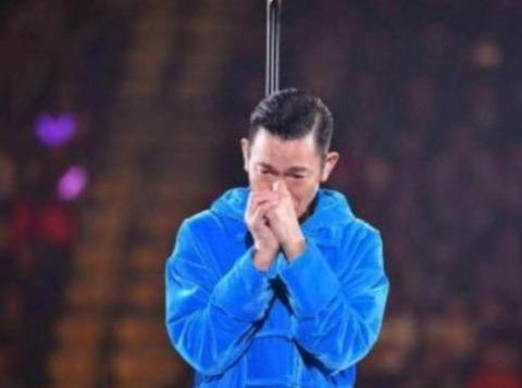 付躹?'_刘德华先生于台上躹躬向在场观众致歉,忍痛宣布取消今晚演唱会.