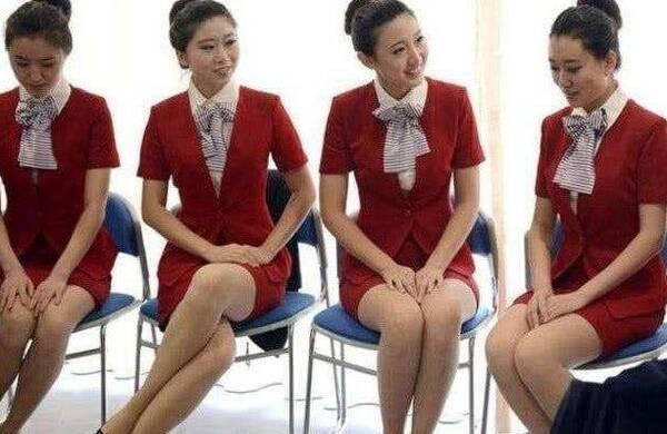 空姐标准坐姿_日本空姐为什么会斜着坐?这个坐姿两全其美,还成为日航的名片