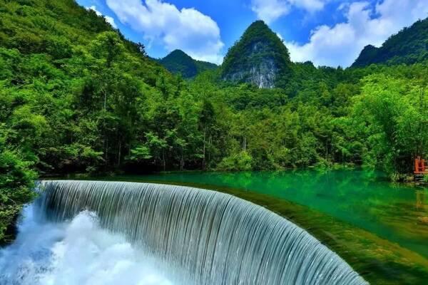 小七孔風景區 位于荔波縣城南部的群峰之中 景區響水河上 橫跨著一座