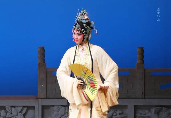 婺剧花旦演员章艳_浙江婺剧团青年花旦演员陈丽俐表演唱作俱佳,身段干净利落,在婺剧