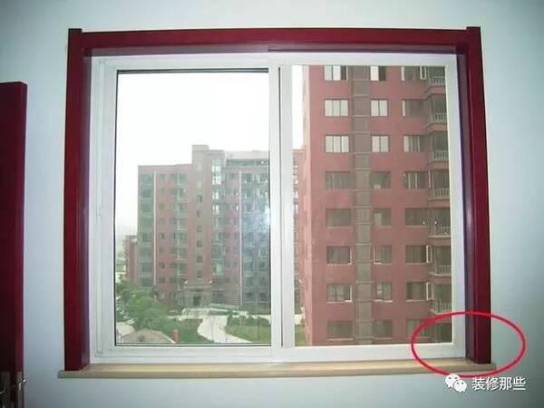 原标题:新房窗户该不该包窗套?窗套有什么用呢?  别小看这不起眼的窗套,可有可无的。我自己家装的时候都是重点做,因为包窗套不仅仅是为了增加美观性,而且还是为了窗户边的卫生情况,若不包窗套,它的窗口会易脏难清理。  这是其一,其二它可以增加窗户的严密性,也就是让窗户关闭后会更严密,从而阻挡风沙灰尘等进入室内影响空气;此外,夏冬季节开空调时也不易出现漏风的情况。