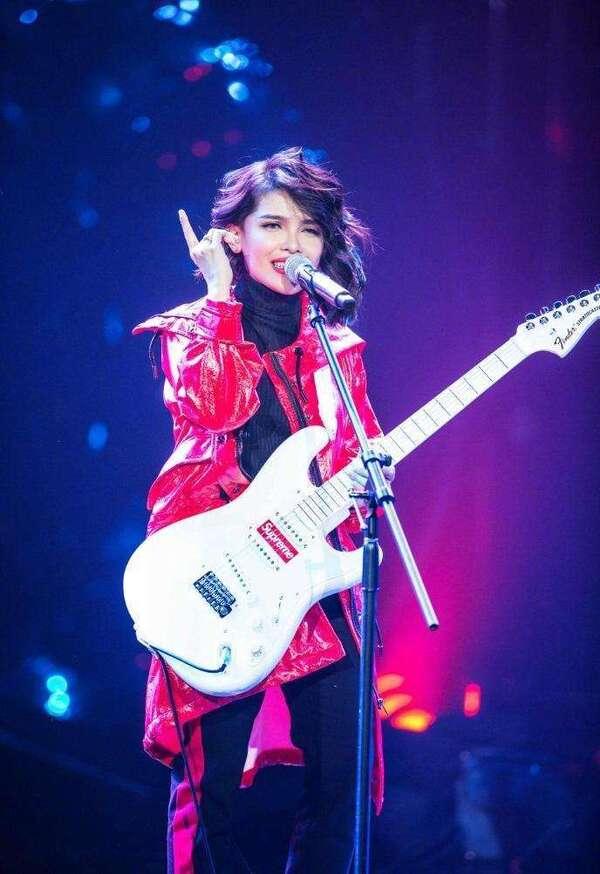 你爱上他了吗歌�_有一首男女对唱的歌里面女的唱了一句歌词\