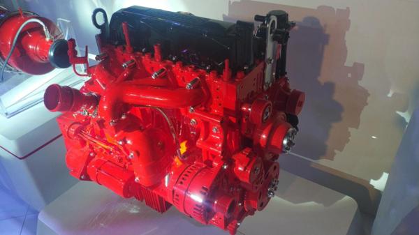 康明斯柴油机,喷油器用两个螺钉拧紧在气缸盖上