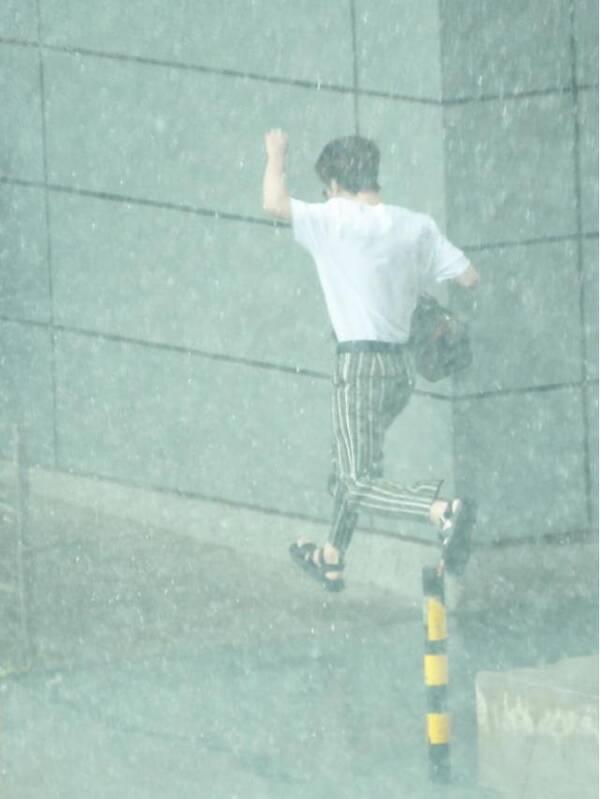 在雨中狂奔的范丞丞,不但不落魄,反而时尚感爆棚!