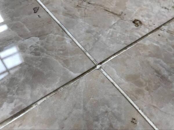 很多贴瓷砖的师傅遇到一些小白业主,经常会在24小时之内就对瓷砖缝隙进行处理。很多不知情的业主还傻傻地称赞这个师傅尽职尽责,做事效率高。这完全是因为他们想缩短施工的做法,这样做隐患多。  1、最好在贴砖一周后再美缝  一般来说贴上瓷砖到对缝隙处理之间,需要一段时间静养,这个周期大概是一周左右。