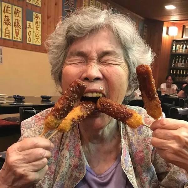 国产偷拍老太太自慰_90岁日本老奶奶爆红ins!酗酒飙车碰瓷,爱上自拍,人生