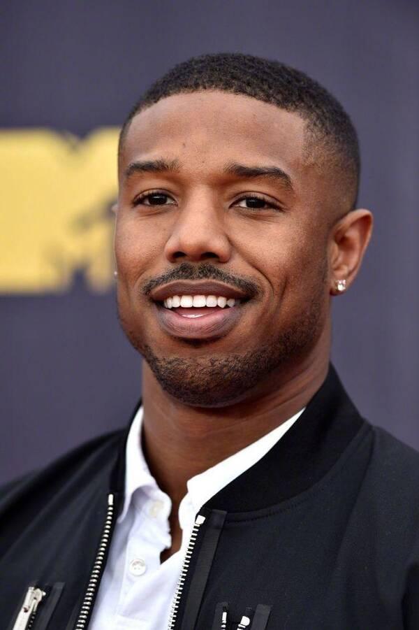 黑人�9b�_华纳正考虑首次让黑人演员演超人,特别聚焦迈克尔·b
