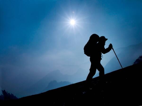 登山时,如何上坡更省力