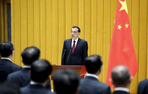 据中国政府网报道,4月16日,新一届国务院在中南海举行宪法宣誓仪式。国务院总理李克强监誓。