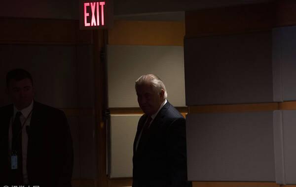 当地时间2018年3月13日,美国华盛顿,美国国务卿蒂勒森被总统特朗普解职后发表讲话。在美国总统特朗普13日上午突然宣布提名中央情报局局长蓬佩奥接任国务卿蒂勒森的职务后,蒂勒森在国务院发表声明称要确保平稳有序的过渡,但并未如惯例在声明中感谢特朗普。来源:视觉中国