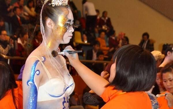 1oo人体艺术_势有累死人不偿命的态 导语:2012年11月13日,上海,某人体彩绘大赛举行