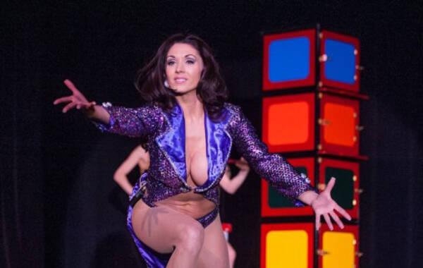 美女艳舞表演_魔术师穿丁字裤当台跳起艳舞,参与魔术表演的美女们更是齐齐裸胸示人
